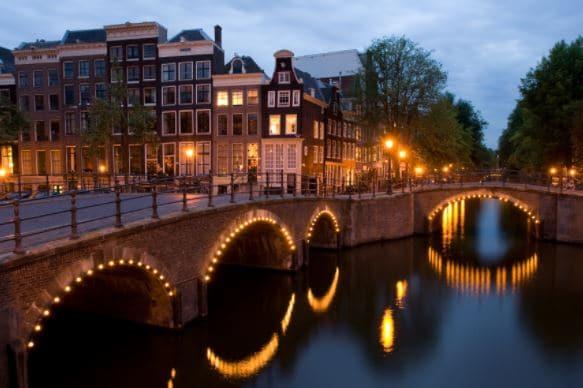 Амстердам көпір жаңа жылдық атап өтуге орындарда бірі болып табылады