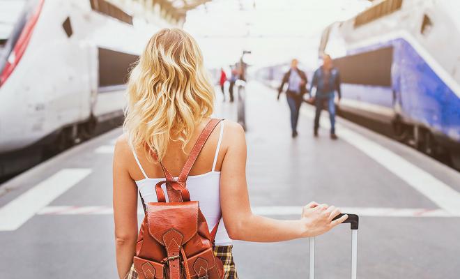 wanita kira-kira untuk mengambil perjalanan kereta api di stesen kereta api
