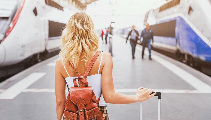 ရထားဘူတာရုံများတွင်မီးရထားခရီးယူအကြောင်းကိုအမျိုးသမီးတစ်ဦး
