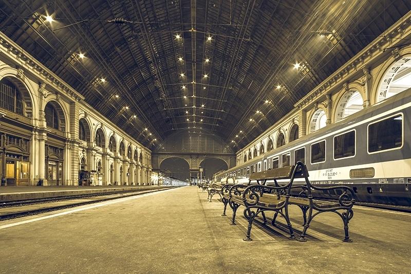 ဘူဒါပက်မီးရထားဘူတာရုံများတွင်ရထားသဖြင့်ခရီးသွား