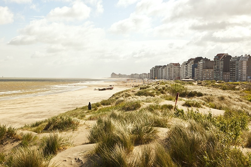 Vacanze al mare in treno in Belgio, spiaggia di vista frontale