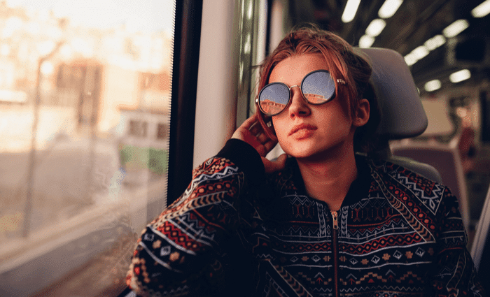 naine istub tema istme ajal rongisõitu