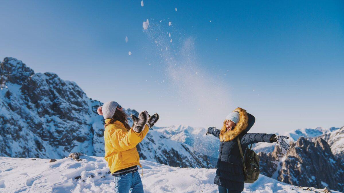 5 কারণ ডিসেম্বরে ট্রেনে ইউরোপ ঘুরে দেখতে,play in the snow